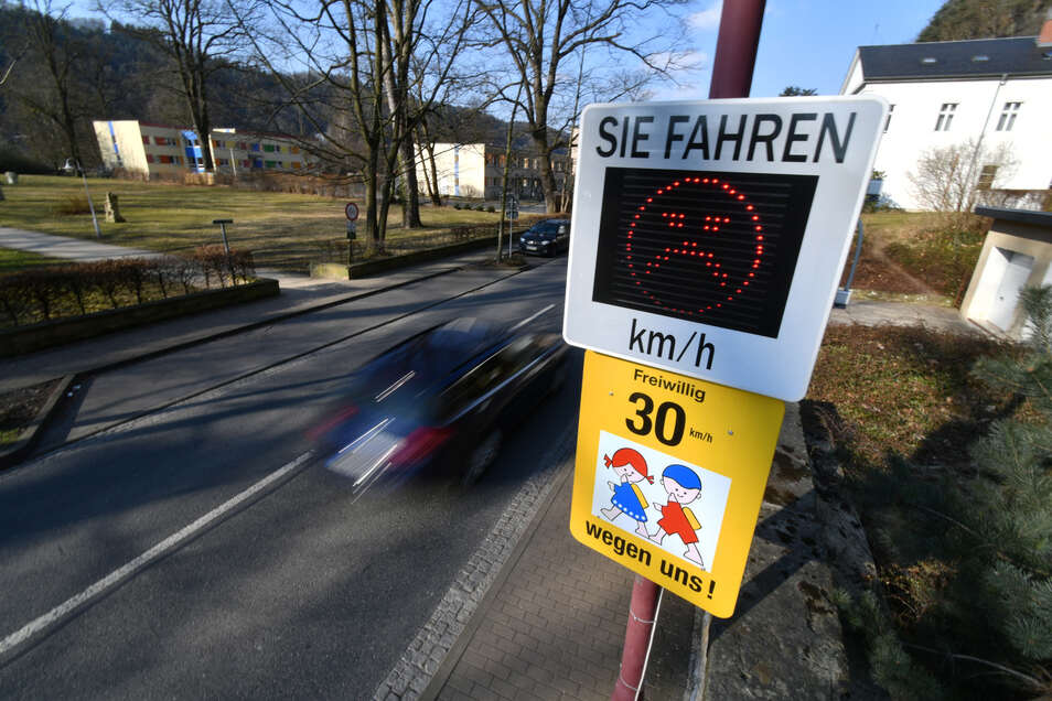 Eine solche Tafel, die dem Autofahrer anzeigt, ob er im richtigen Tempo unterwegs ist, ist in Schönau-Berzdorf geplant.