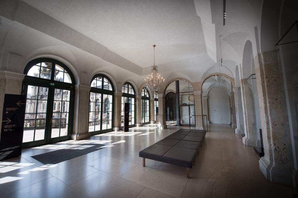 Neu gestaltet wurde bei der Sanierung der Empfangsbereich des Mathematisch-Physikalischen Salons. So sind Stuckteile der Arkadenbögen freigelegt worden.