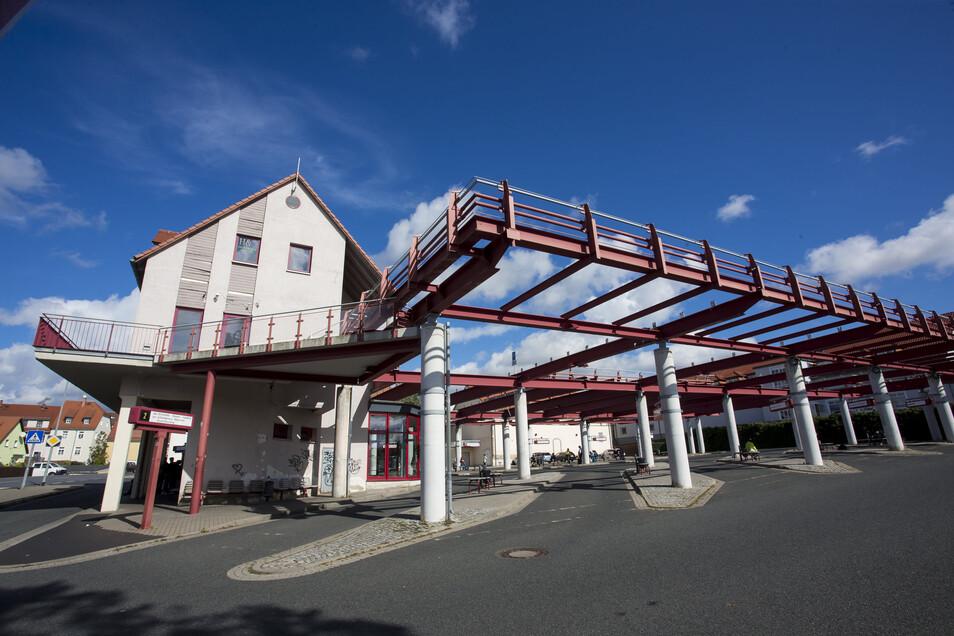 Der Busbahnhof ist ein beliebter Treffpunkt in Dipps, auch jetzt trotz Ausgehsperre. Nun gelten noch schärfere Regelungen.