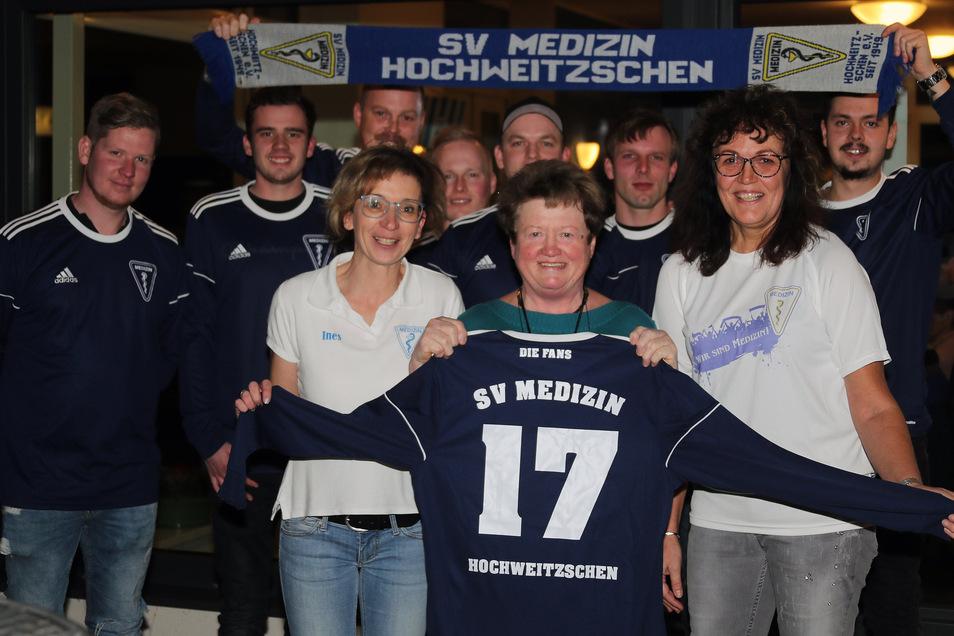 """Edeltraud Anke (Mitte) übergab mit Birgit Klingner (rechts) und Ines Helm (links) stellvertretend für die """"Edelfans"""" des SV Medizin Hochweitzschen einen kompletten Trikotsatz an die Westewitzer Fußballer."""
