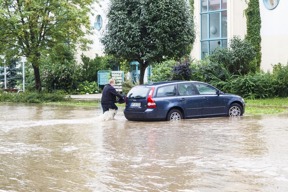 Das war knapp: SZ-Redakteur Sebastian Beutler erreichte seinen Wagen in Hagenwerder beim Neiße-Hochwasser nur noch mit Müh und Not.