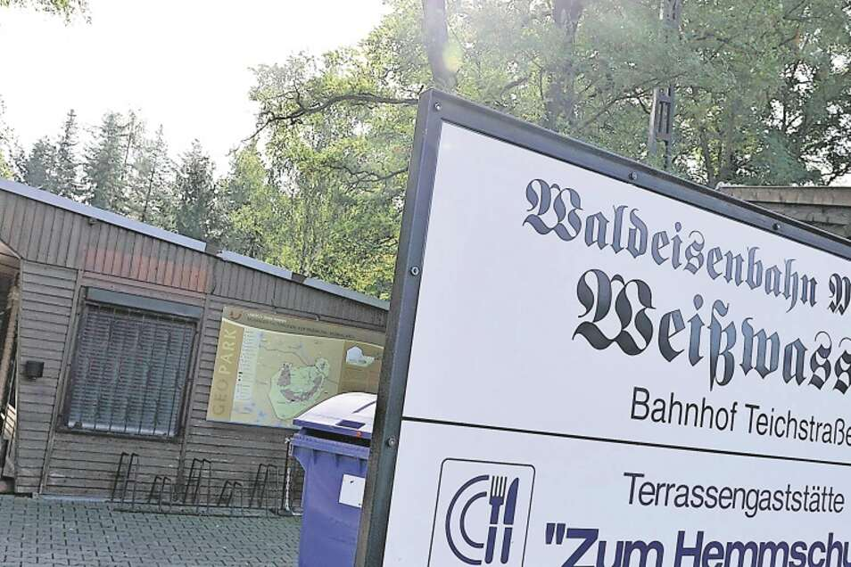 Das Fahrkartenhaus am Bahnhof Teichstraße brannte am letzten Wochenende. Fahrkarten und Souvenirverkauf erfolgen daher in einem Pavillon-Zelt nebenan.