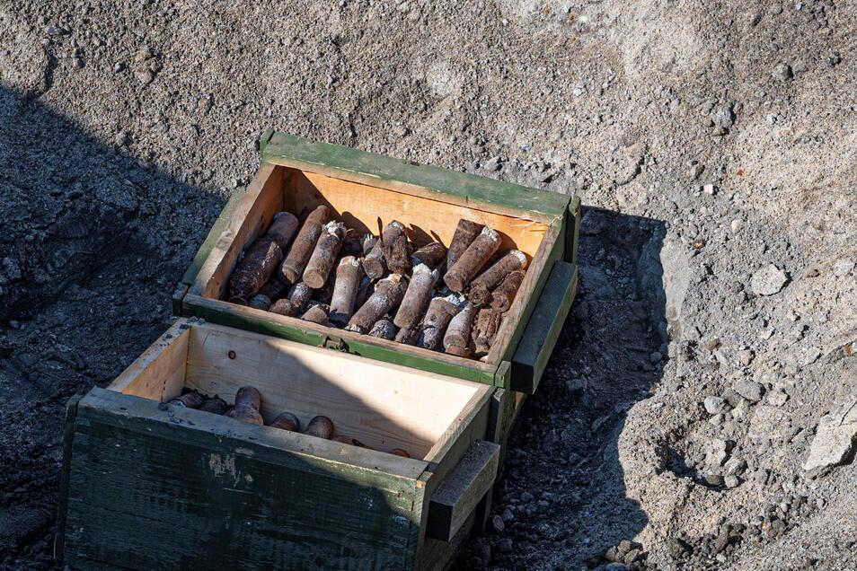 Zum Üben reicht diese Kiste mit alten Gewehrgranaten aus dem Zweiten Weltkrieg. Es sind etwa 20 Kilogramm Munition.