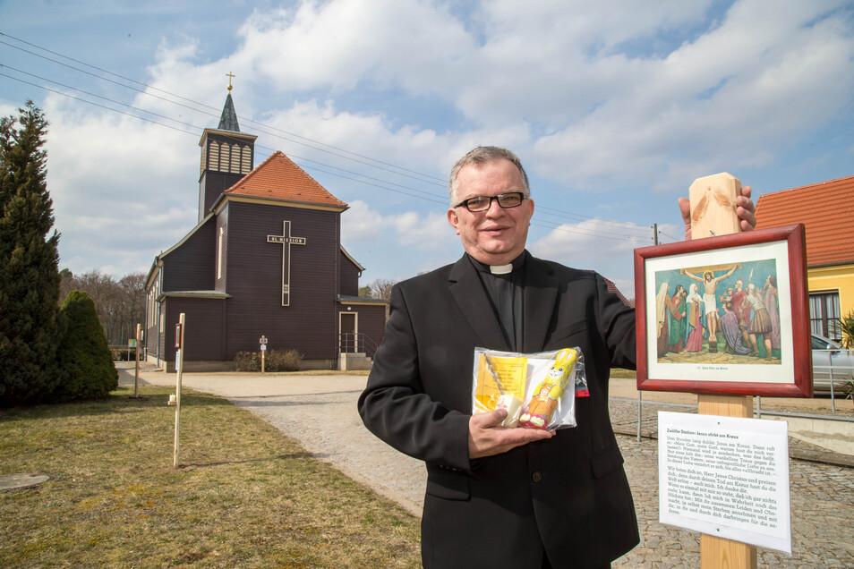 Pfarrer Krystian Burczek hat auf dem Gelände der katholischen Kirche in Niesky die Stationen des Kreuzweges aufgebaut. Spaziergänger können so auf ungewöhnliche Weise Ostern begehen.