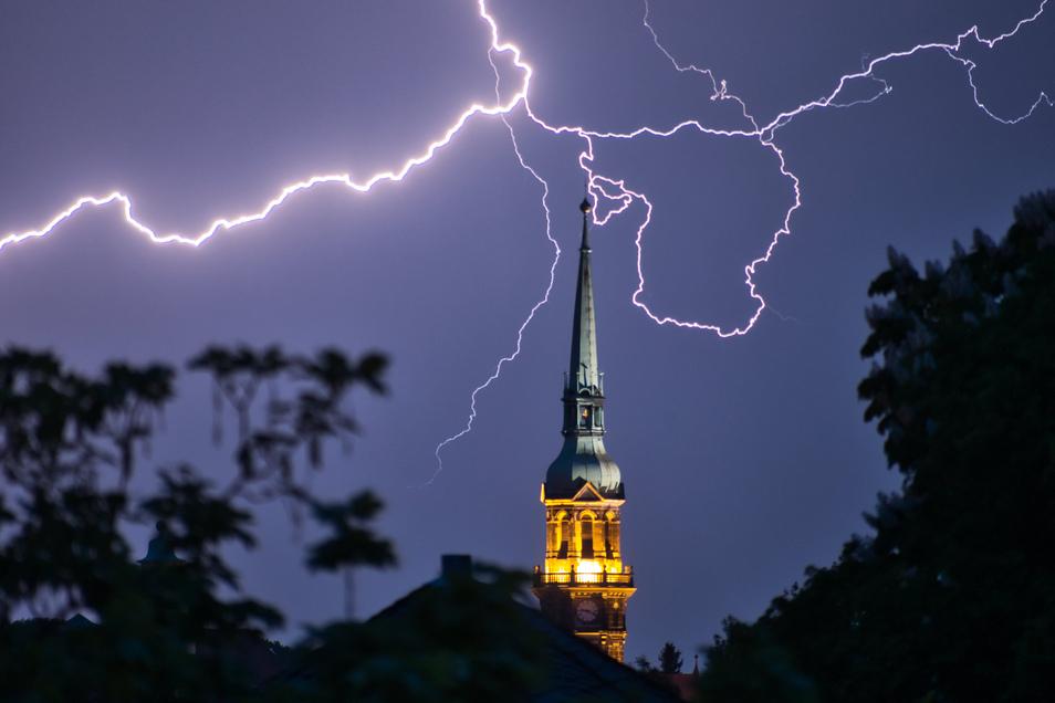 Eins der ersten Gewitter der Saison am Himmel über Radeberg.