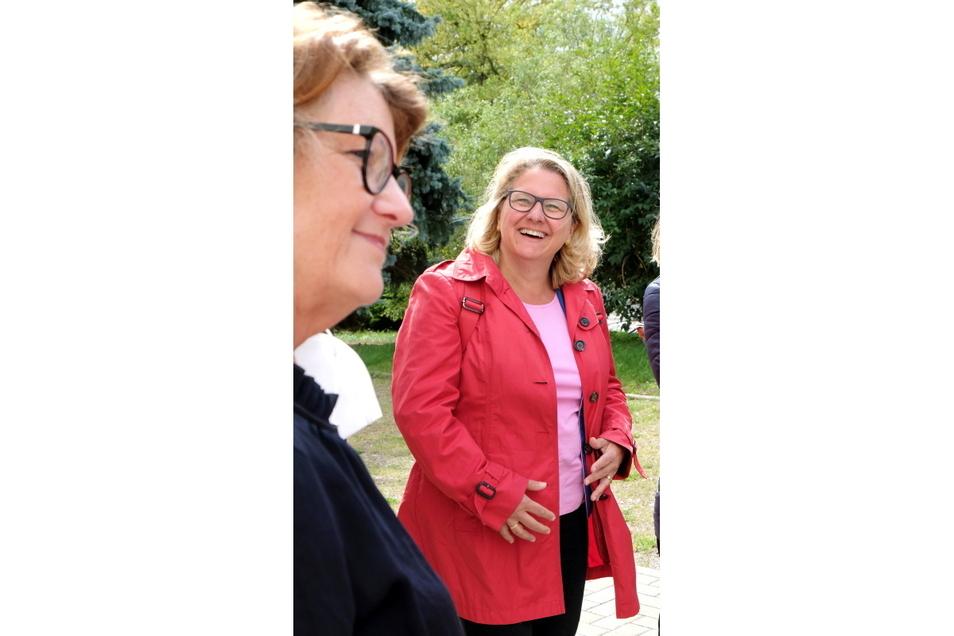 Bundesumweltministerin Svenja Schulze (r.) sah sich am Donnerstag am Stadtrand von Meißen um. SEEG-Geschäftsführerin Birgit Richter berichtete über die Umgestaltung des Areals zur Gartenstadt.