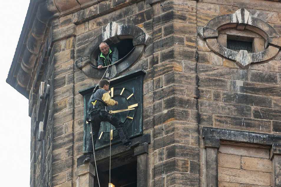 Das ist mal ein anderer Uhrmacherarbeitsplatz: Zwei Seile und ein kleiner Mauervorsprung zum Aufstützen.