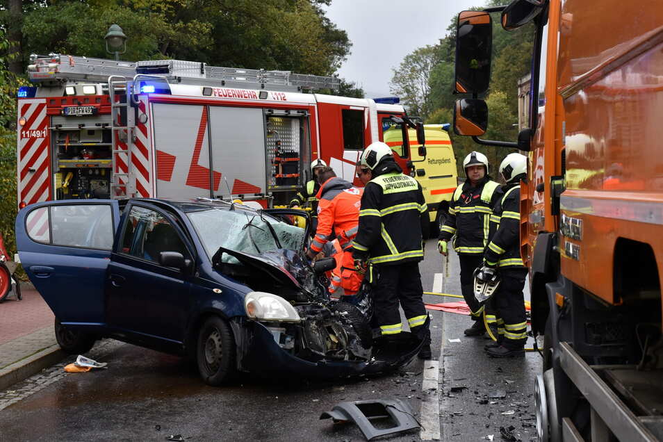 Der Fahrer im Pkw wurde bei den Zusammenstoß schwer verletzt.