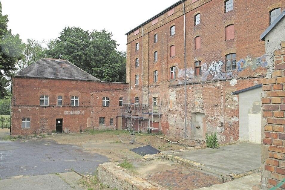 Noch ist die Alte Brauerei inmitten von Bad Muskau ein unansehnlicher Schandfleck. Mitte 2021 sollen jedoch Dach und die einst aufwendige Fassade nach historischem Vorbild saniert sein.