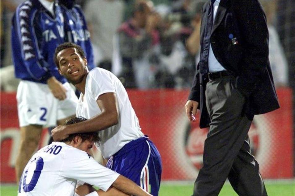 Nach dem EM-Finale im Jahr 2000 tröstet der Franzose Thierry Henry (blaue Hose) in einem italienischen Trikot den unterlegenen Alessandro del Piero, während der Trainer Italiens, Dino Zoff, vorbeigeht.