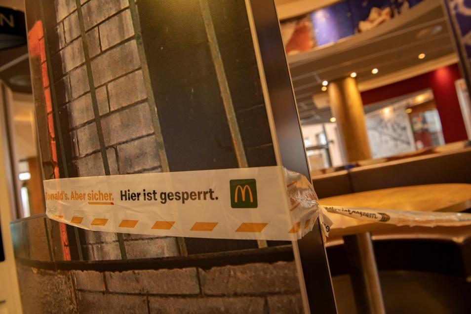 Das McDonald's musste seine Sitzbereiche absperren, wer essen will, muss es draußen oder im Auto machen.
