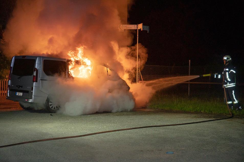 Lichterloh stand der Kleinbus in Flammen, als die Feuerwehr eintraf.