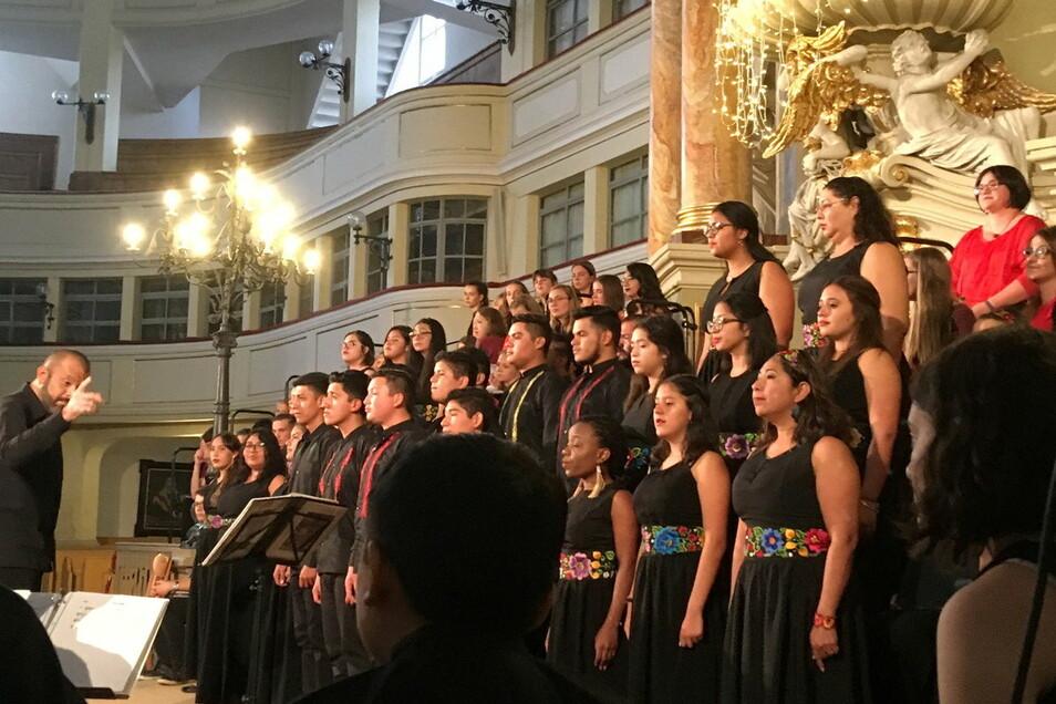 "Der mexikanische Jugendchor ""Coro juvenil Domus Artis"" 2019 in der Marienkirche zum Konzert."