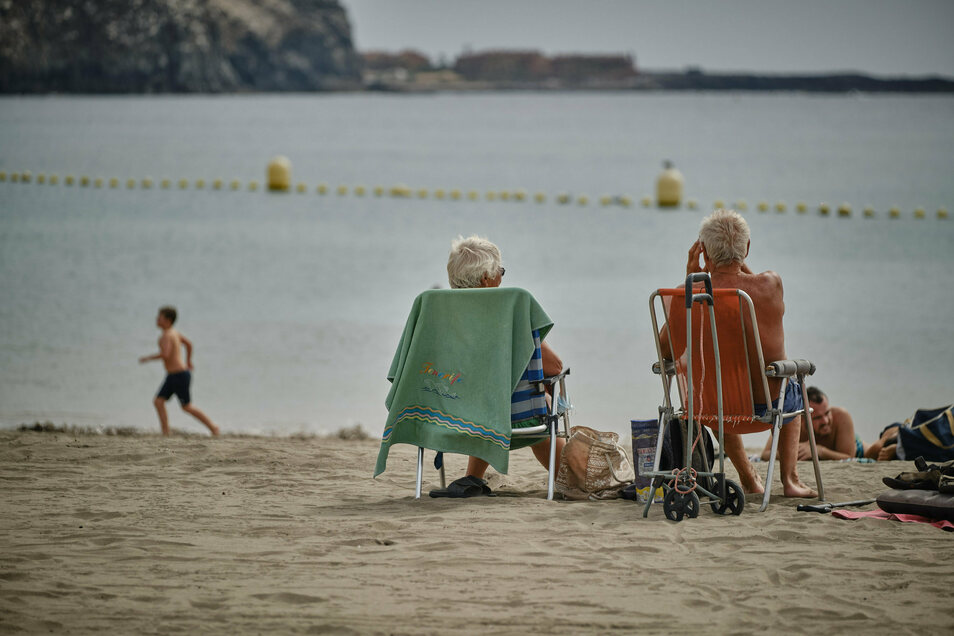 Spanien, Los Cristianos: Touristen genießen die Sonne am Strand La Playa de Las Vistas im Süden der Kanaren-Insel.