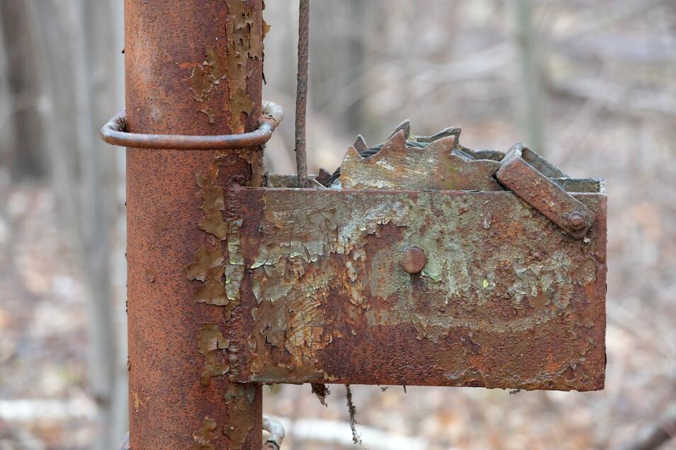 Hier waren wohl mal Seile gespannt - inzwischen frisst kräftig der Rost an den Teilen der Sturmbahn.