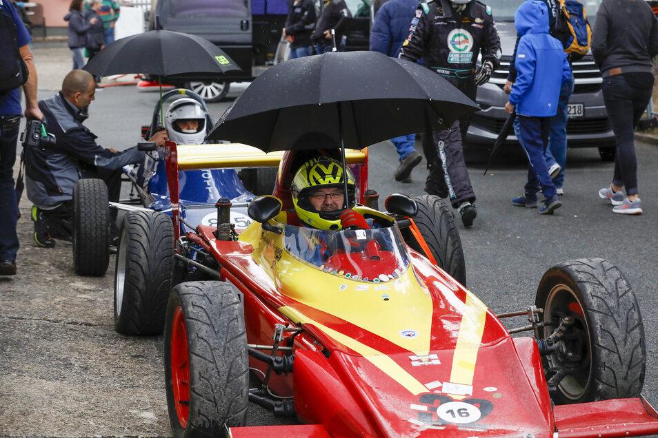 Verregneter Tag: Aber die Schirme halten die Fahrer trocken.