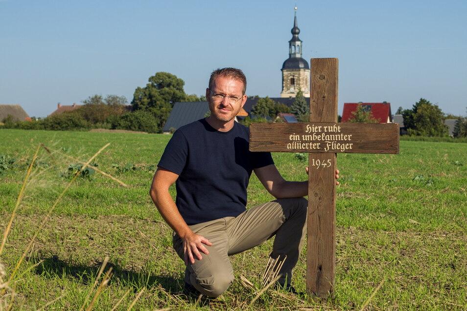 Matthias Schildbach mit dem Grabkreuz für den amerikanischen Bordfunker . Es stand Jahrzehnte auf dem Burkhardswalder Friedhof. Nach der Klärung der Identität bestand die Familie des Bordfunker darauf, dass es in Deutschland bleiben soll.