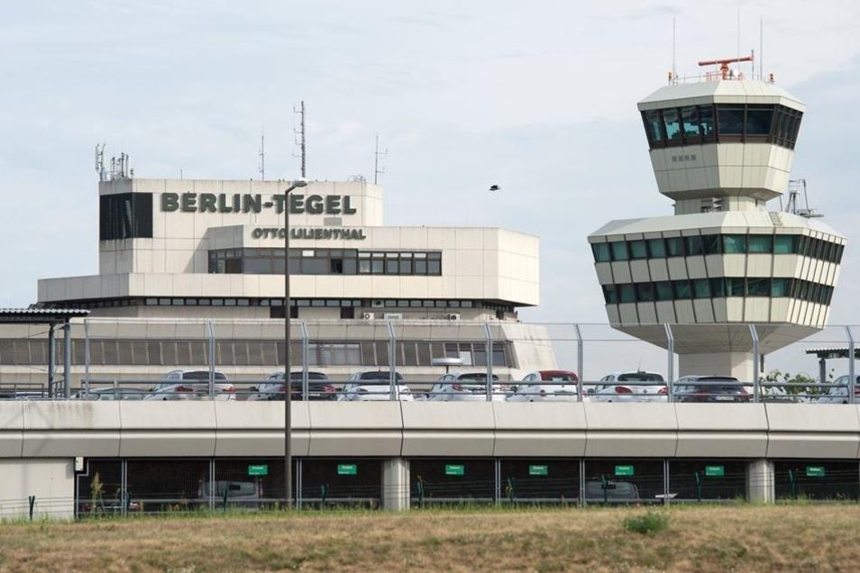 Blick auf den Tower und das Hauptgebäude des Flughafens Tegel.