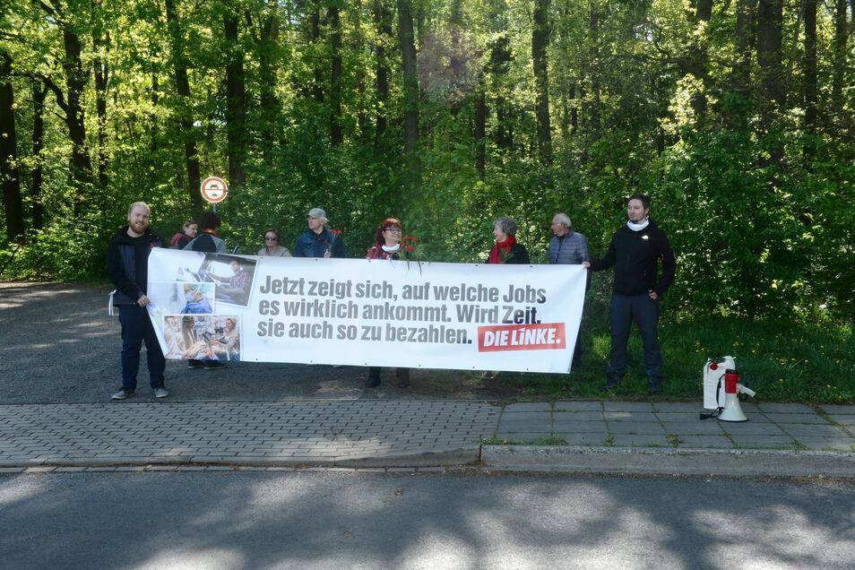 An mehreren Orten im Landkreis Bautzen machte der Kreisverband der Linken am 1. Mai mit einem Transparent auf seine Forderung aufmerksam, so wie hier in Kamenz-Ost.
