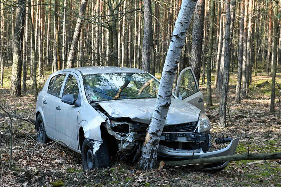 Eine Opelfahrerin kam am Sonnabendnachmittag zwischen Drehna und Uhyst von der Straße ab und prallte an einen Baum.