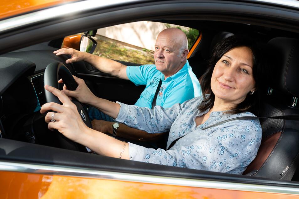 Die Bautzenerin Katharina Wasilewski kann zu einer Fahrstunde starten – sie hat einen Termin bei Fahrlehrer Dieter Kroll bekommen.