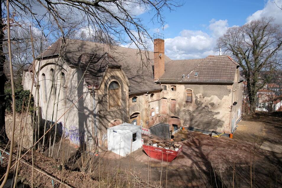 Damit die Jahnhalle künftig genutzt werden kann, soll das Dach saniert werden. Dafür sammelt die Bürgerstiftung Spenden.