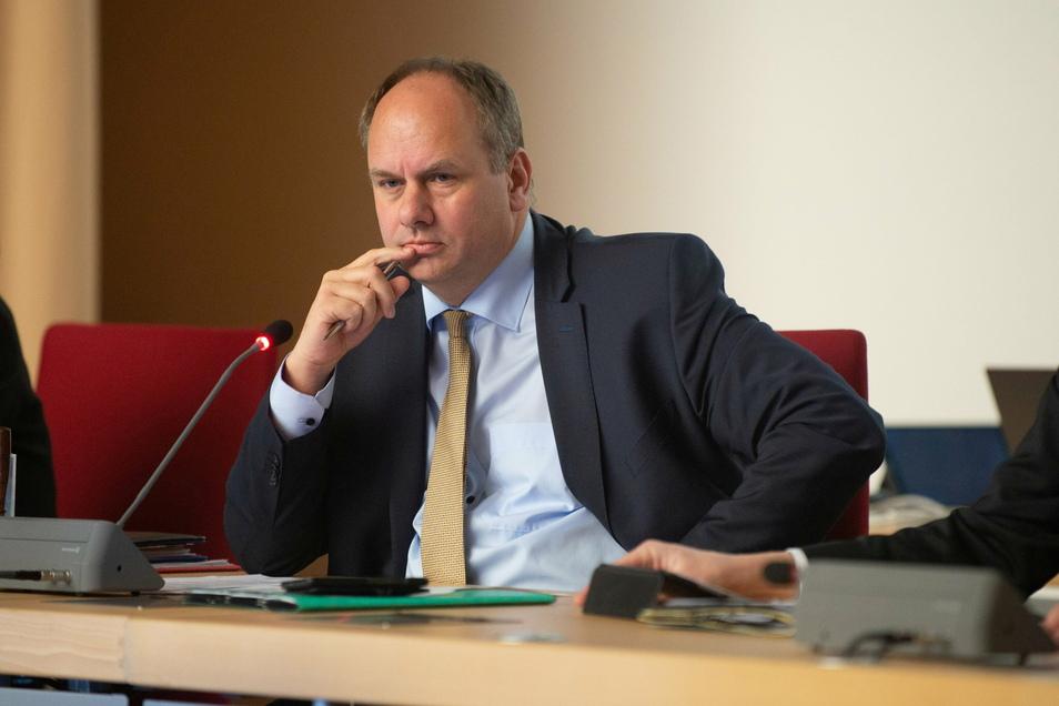 Oberbürgermeister Dirk Hilbert drängt im Stadtrat auf mehr Tempo.
