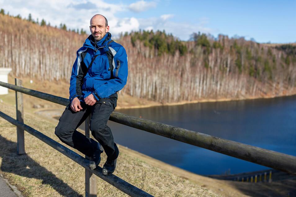 Wald, Wasser und ein vierzig Meter hoher Wall aus Stein – so sieht der Arbeitsplatz von Stefan Wätzig aus. Der 33-jährige Freitaler ist Staumeister am Hochwasserrückhaltebecken Lauenstein, und auch bei Dürre auf alles gefasst