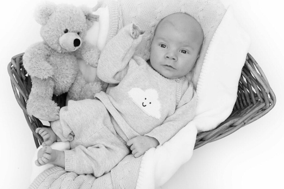 Edgar Johan Dietzsch, geboren am 16. Dezember, Geburtsort: Städtisches Krankenhaus Dresden-Neustadt, Gewicht: 3.450 Gramm, Größe: 50 Zentimeter, Eltern: Katja Dietzsch und Tino Lehmann, Wohnort: Dresden