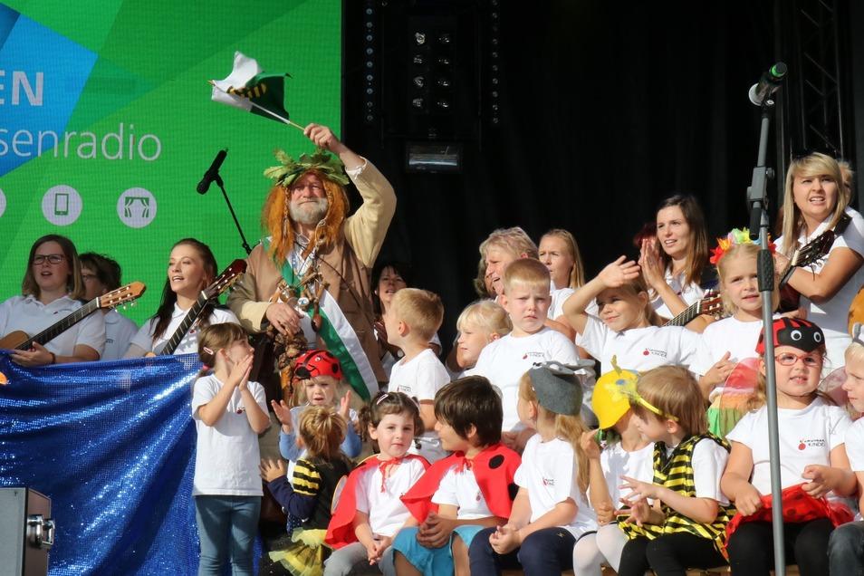 Der Riesaer Riese und die Kinder der Kita Kirschbergkinder.