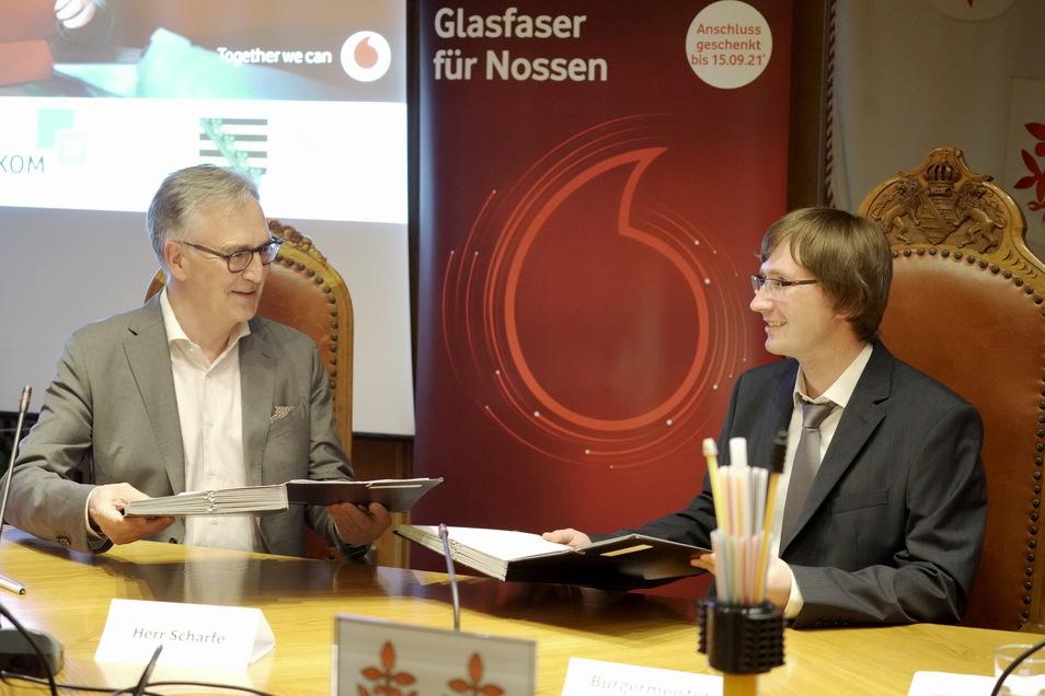Bürgermeister Christian Bartusch (rechts) und Rolf-Peter Scharfe von Vodafone haben den Vertrag für Breitbandausbau in Nossen unterschrieben.