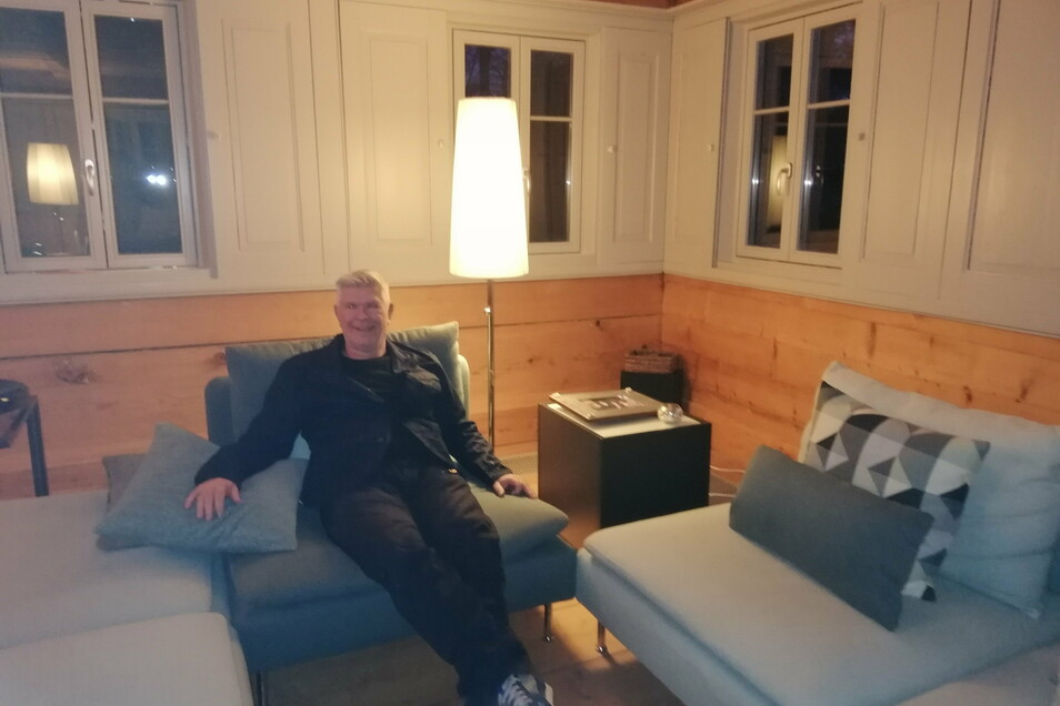 Thomas Mix hat sich die Blockstube sowie das ganze Haus gemütlich hergerichtet. Sogar die Fenster-Ritschel sind die originalen, sie wurden aufgearbeitet.