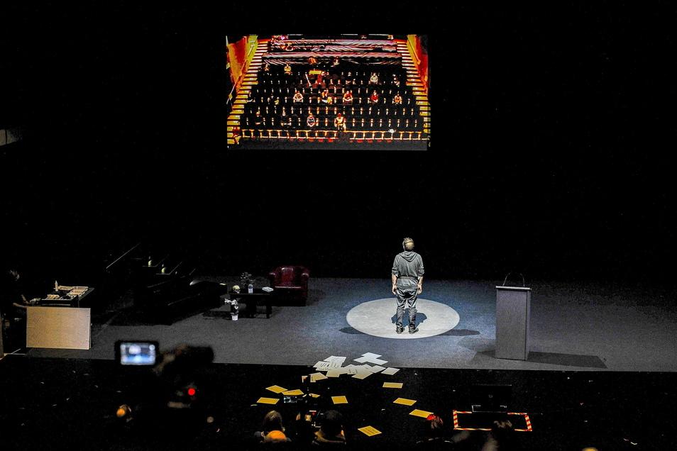 Keine Schauspieler betreten in dieser Inszenierung die Bühne, sondern die Zuschauer müssen selbst ran. Foto: Sebastian Hoppe