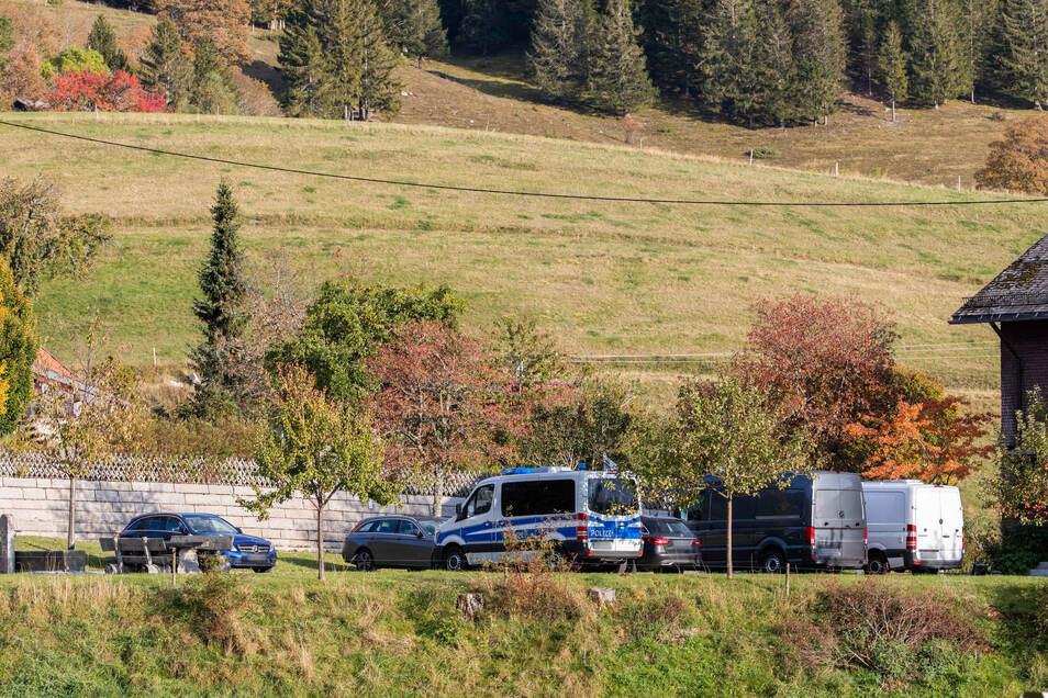 Polizeifahrzeuge stehen auf einem Parkplatz in der Gemeinde Ibach. Nach seiner Vergiftung hält sich der russische Oppositionelle Nawalny nach dpa-Informationen im Schwarzwald auf.