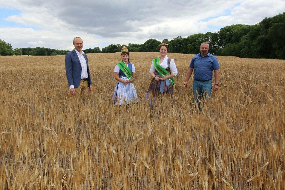 Begleitet wurden der Landwirstschaftsminister Wolfgang Günther (Bündnis 90/Die Grünen, links) sowie Landesbauernpräsident Torsten Krawczyk (rechts) von Prinzessin Wibke Frotscher (zweite von links) und Erntekönigin Elisabeth Dreher.