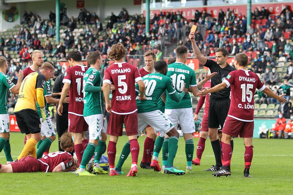 Ryan Malone sieht die Rote Karte von Schiedsrichter Max Burda. Der Lübecker hatte zuvor Dynamos Paul Will mit dem Fuß im Gesicht getroffen.