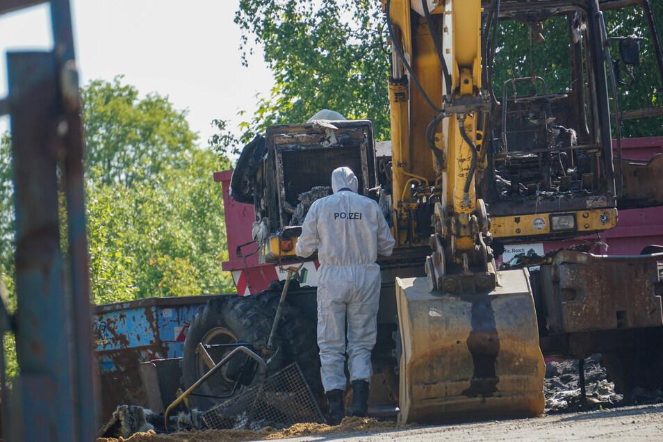 Der Bagger eines Sohlander Entsorgungs- und Tiefbauunternehmens, der in Callenberg abgestellt war, ist vollständig ausgebrannt. Zur Brandursache wird noch ermittelt.