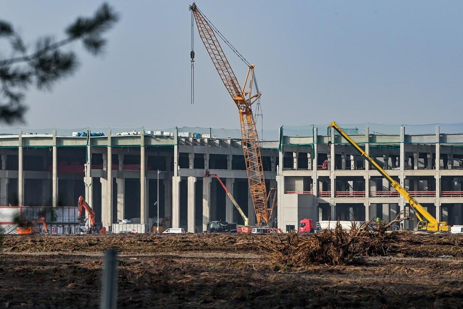 Blick auf eine Fabrikhalle, die  auf dem Baugelände der Tesla Gigafactory östlich von Berlin entsteht.