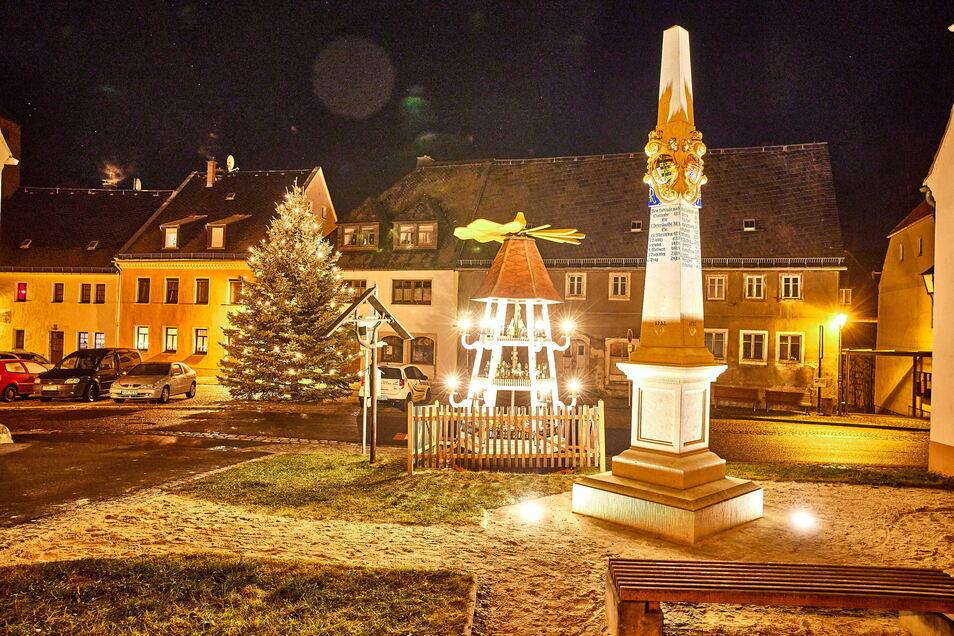 Auch in Liebstadt dreht sich eine hölzerne Pyramide. Sie steht traditionell neben der Postmeilensäule am Markt.