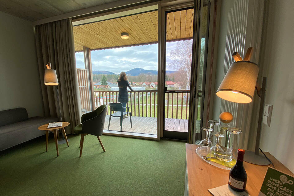 Schöne Zimmer mit Ausblick aufs Zittauer Gebirge, aber keine Gäste in Trixis Waldstrand-Hotel.