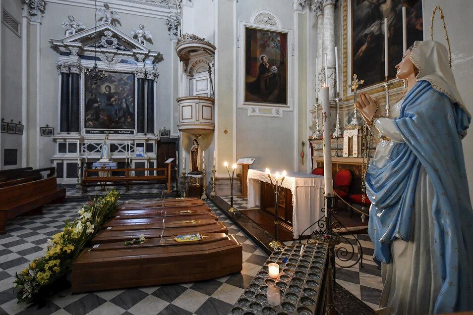In einer Kirche im italienischen Serina warten Särge auf den Transport zum Friedhof.