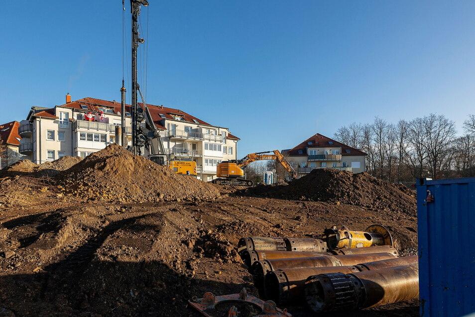 Seit kurzem finden auf dem Gelände Tiefbauarbeiten statt. Im Februar soll die Grundsteinlegung für zwei neue Wohnhäuser sein.