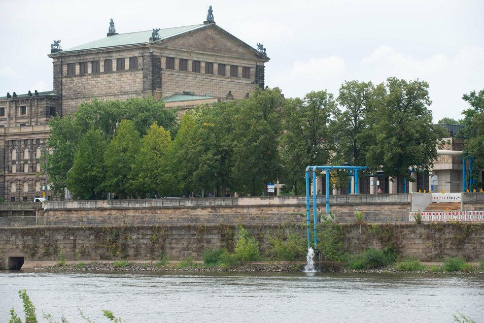 Über die markanten blauen Leitungen wird das Grundwasser von der Baustelle der Annenhöfe in die Elbe gepumpt. Wird es für die Fernkältezentrale im Kulturpalast benötigt, fließt es allerdings dorthin.