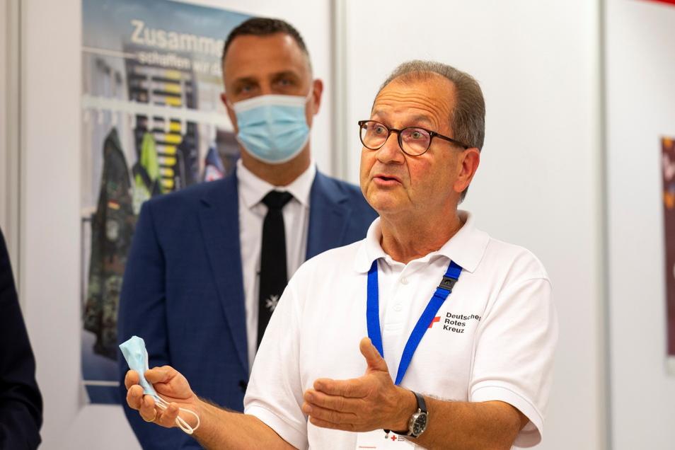 Thomas Kurth-Loth aus Grumbach bei Wilsdruff war einer der rund 40 Helfer, die das DRK für das Impfzentrum in Pirna aktiviert hat. Für den Rentner war sein Engagement Ehrensache.