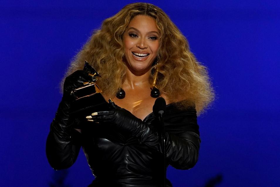 """Beyonce nimmt den Preis für die beste R&B-Performance für """"Black Parade"""" bei den 63. Grammy Awards im Los Angeles Convention Center entgegen."""