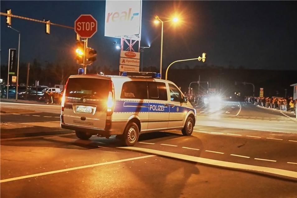 Der Polizei war bekannt, dass sich das Treffen vom Elbeparkplatz nach Heidenau verlegen wird und war deshalb mit vor Ort.