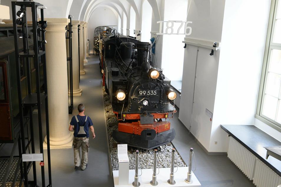 Ein Mitarbeiter geht an der Dampflok Typ IVK entlang.