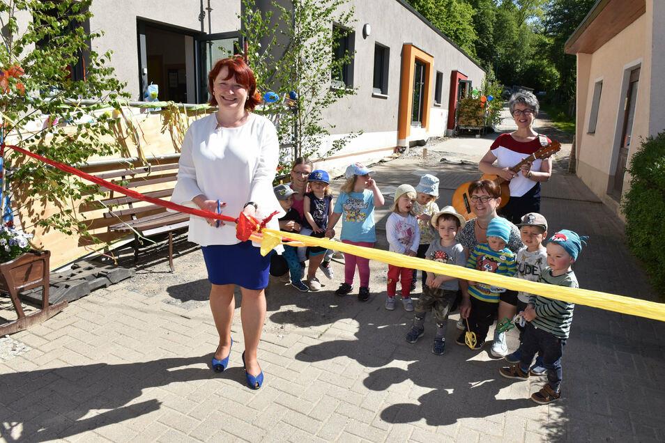 Im Juni konnte die Leiterin der Kita Spatzennest in Schmiedeberg, Kerstin Barthel, mit OB Kerstin Körner (CDU) die Neueröffnung der Krippe feiern. Nun soll die Einrichtung einen neuen Spielplatz bekommen.