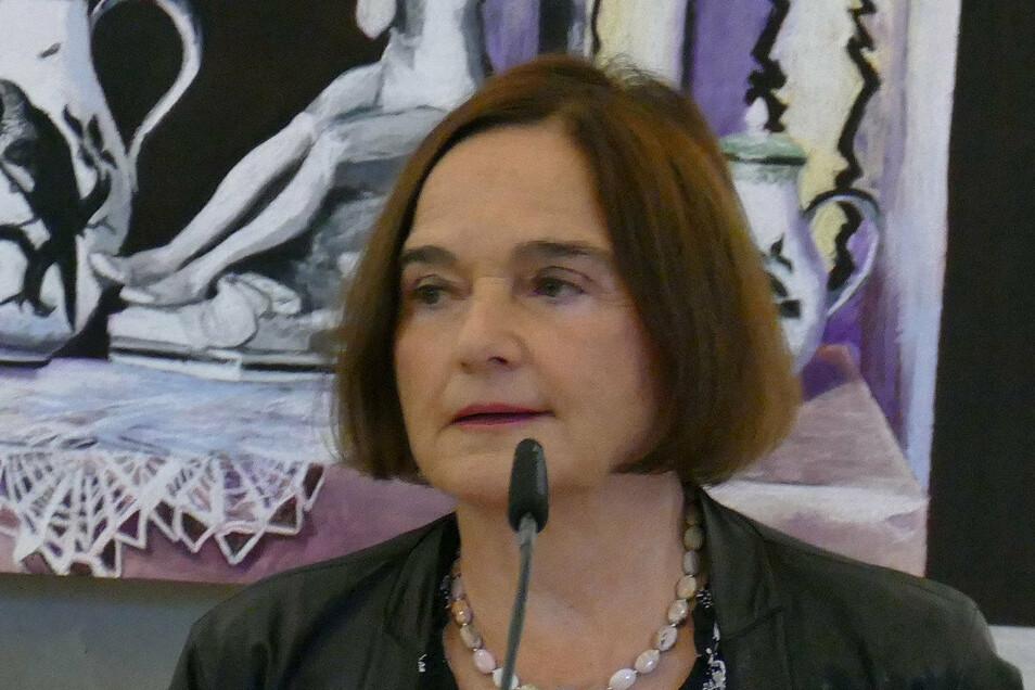 Daniela Dahn wurde in Berlin geboren und hat in Leipzig Journalistik studiert. Sie ist Publizistin und Schriftstellerin.