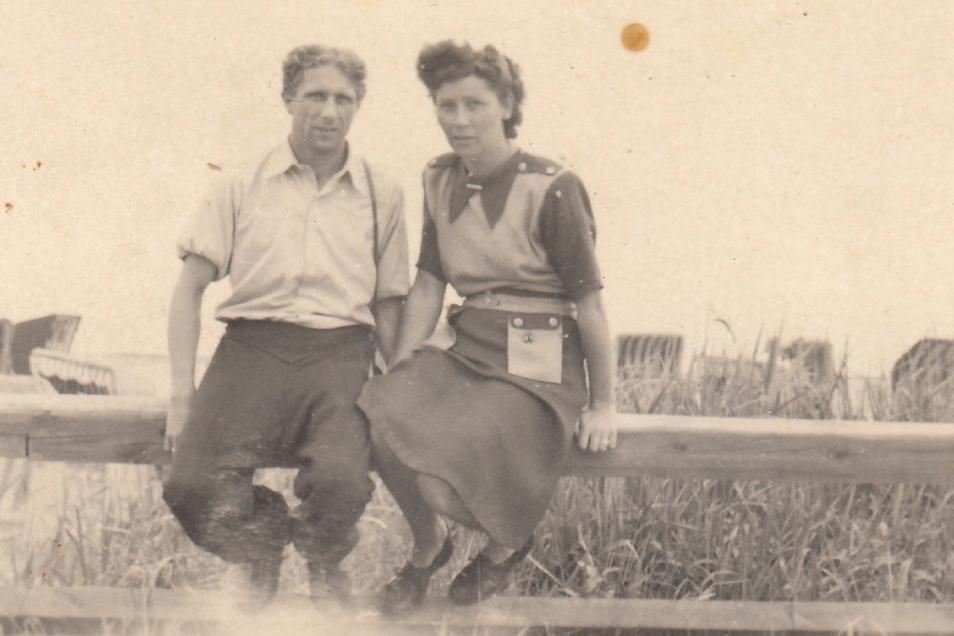 Seine Frau Käthe heiratete Walter Fritzsch am 30. September 1944 in Zwickau: erst standesamtlich, dann kirchlich im Dom. Das Foto zeigt das Paar 1951 an der Ostsee.